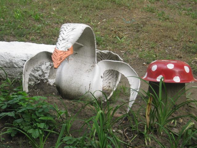 В Мариуполе жители за 2 года превратили заброшенный пустырь в лучший двор (ФОТО), фото-7