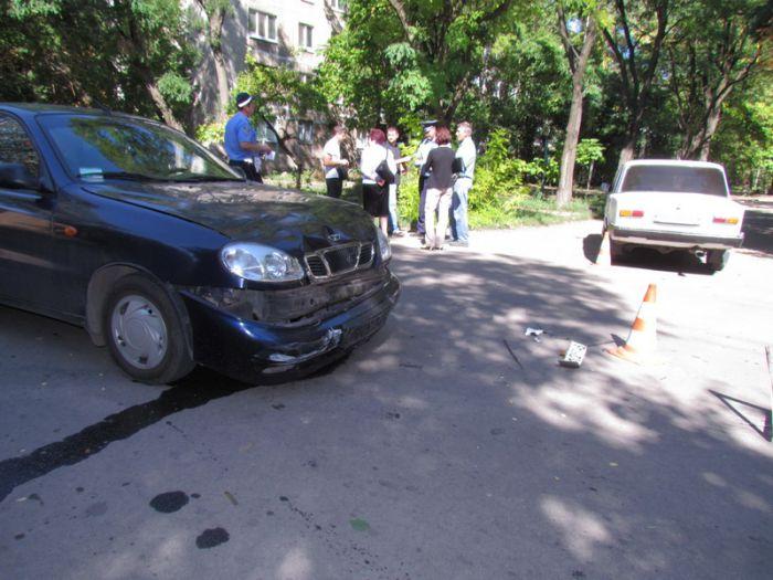 В Мариуполе две легковушки не разминулись на внутридворовой дороге (ФОТО), фото-3