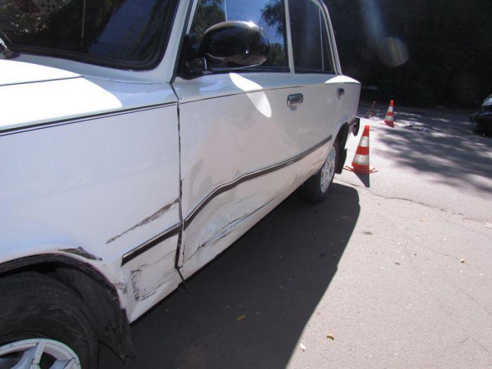 В Мариуполе две легковушки не разминулись на внутридворовой дороге (ФОТО), фото-1