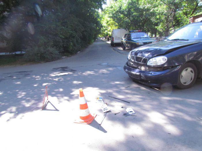 В Мариуполе две легковушки не разминулись на внутридворовой дороге (ФОТО), фото-2