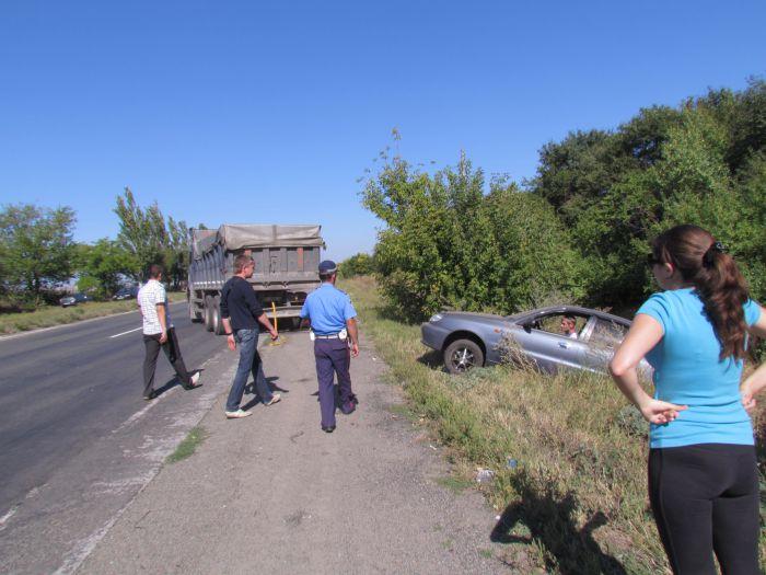 По пути из Мариуполя в Донецк  автомобиль «Деу»  вылетел в кювет (Фотофакт), фото-1