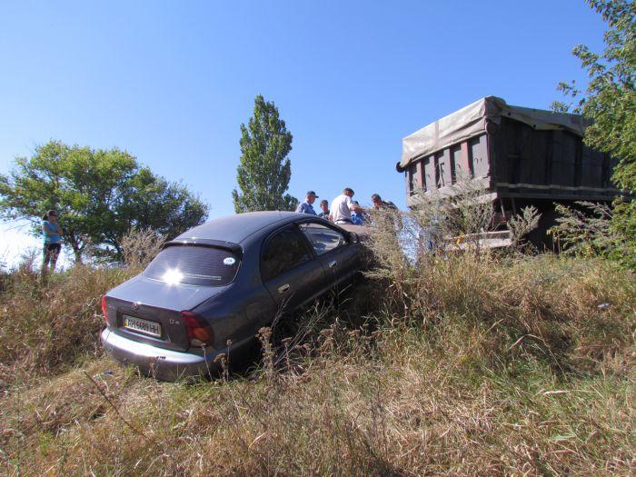 По пути из Мариуполя в Донецк  автомобиль «Деу»  вылетел в кювет (Фотофакт), фото-3