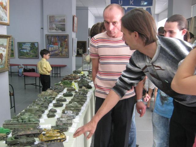 Сегодня в выставочном  центре им. Куинджи мариупольцам показали военную технику в миниатюре (ФОТО), фото-4