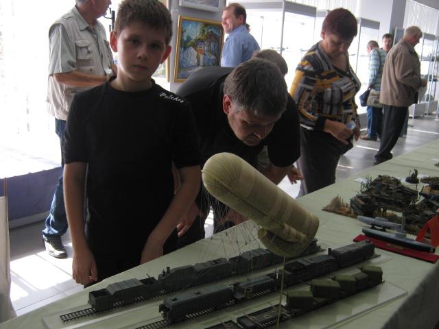 Сегодня в выставочном  центре им. Куинджи мариупольцам показали военную технику в миниатюре (ФОТО), фото-1