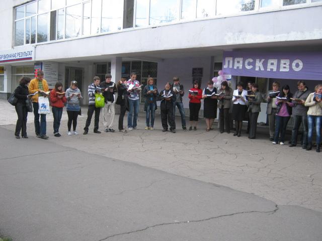 В Мариуполе полсотни молодых людей читали вслух книги на глазах у изумленной общественности (ФОТО), фото-1