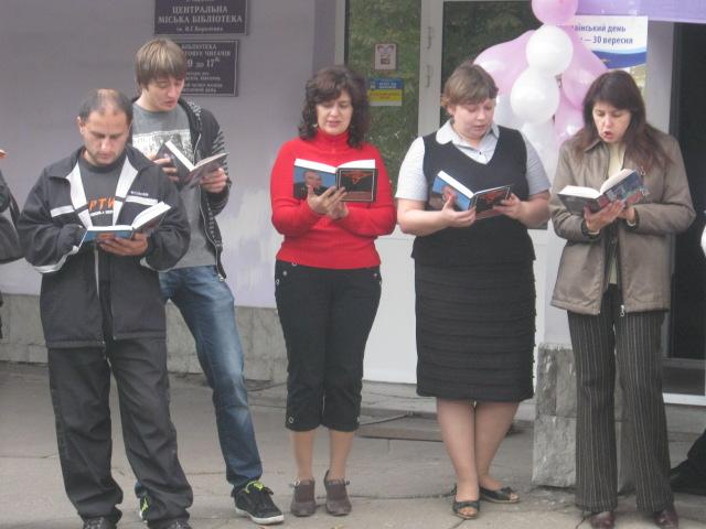В Мариуполе полсотни молодых людей читали вслух книги на глазах у изумленной общественности (ФОТО), фото-5