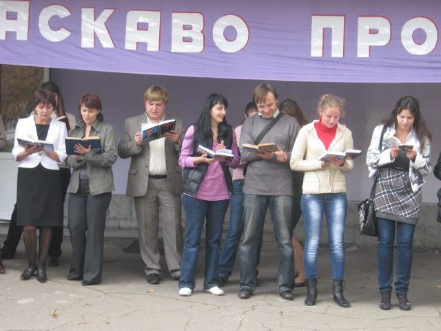 В Мариуполе полсотни молодых людей читали вслух книги на глазах у изумленной общественности (ФОТО), фото-6