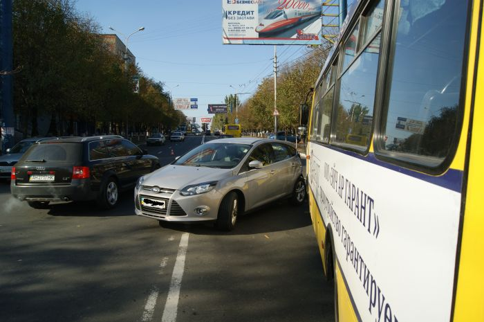В Мариуполе ни дня без аварии с участием маршруток. На пр. Ленина столкнулись «Богдан» и «Форд» (ФОТО), фото-7