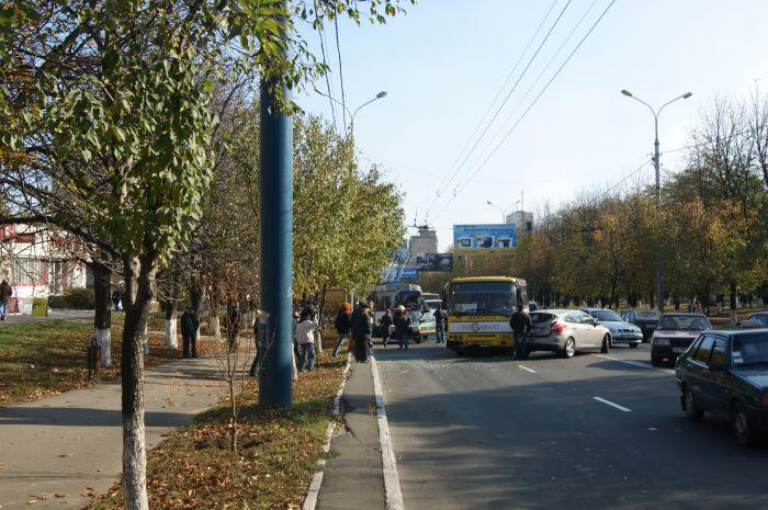 В Мариуполе ни дня без аварии с участием маршруток. На пр. Ленина столкнулись «Богдан» и «Форд» (ФОТО), фото-1