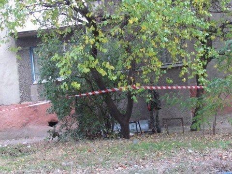 В Мариуполе установили личности мужчин, которые выбросили из окна обнаженную женщину , фото-1