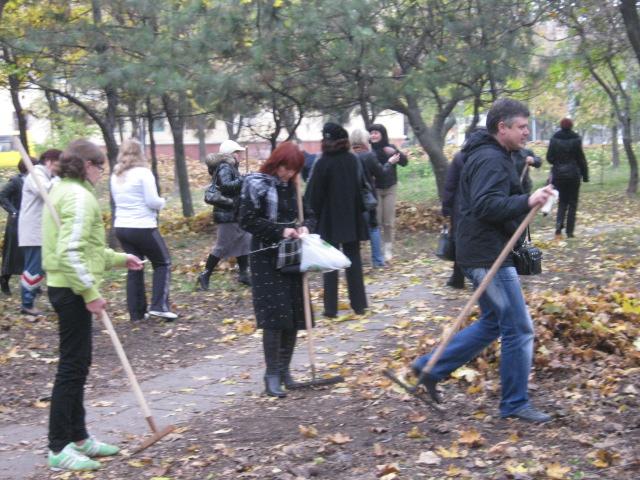 Мариупольцы  массово вышли на борьбу с опавшей листвой (ФОТО), фото-6