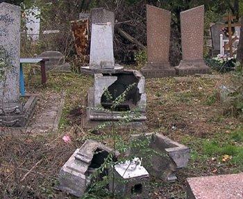 1320751911-08.11.2011_Mariupol_vandaly_na_kladbische_1_site