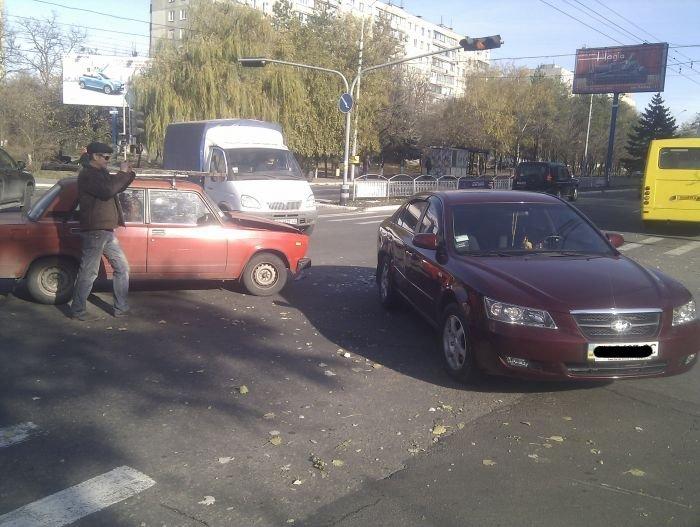 ДТП на центральном проспекте Мариуполя. «Соната» не сыгралась с «семеркой» (Фотофакт), фото-1