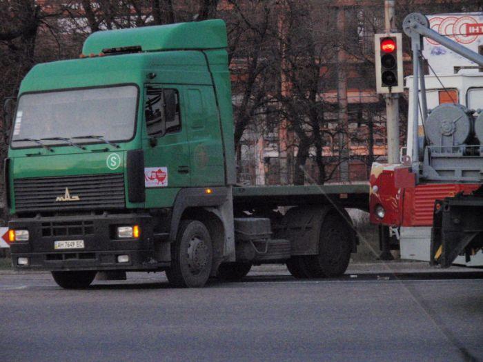 В Мариуполе  водитель грузовика не заметил на дороге трамвай (Фотофакт), фото-2