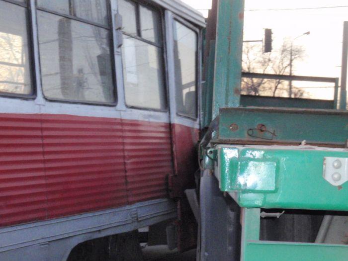 В Мариуполе  водитель грузовика не заметил на дороге трамвай (Фотофакт), фото-3
