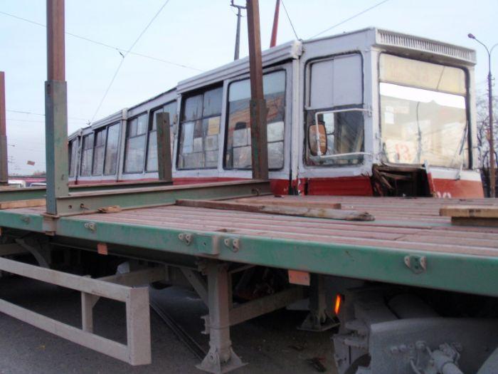 В Мариуполе  водитель грузовика не заметил на дороге трамвай (Фотофакт), фото-1