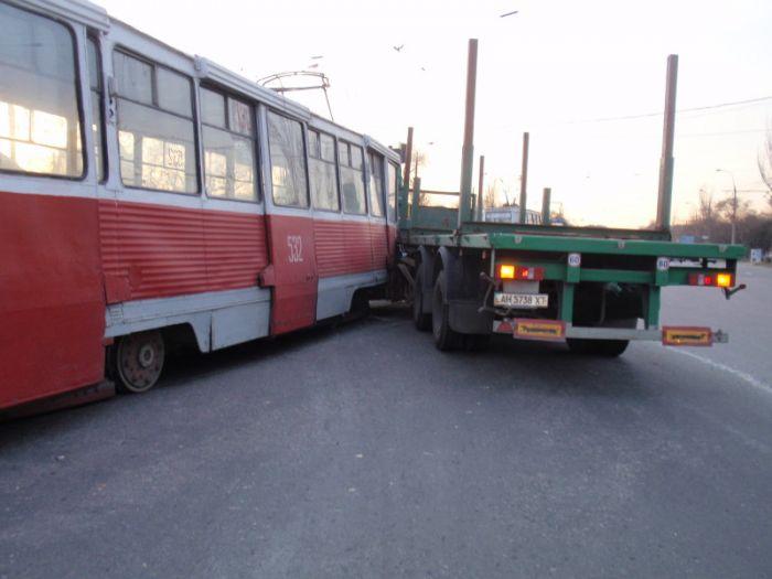 В Мариуполе  водитель грузовика не заметил на дороге трамвай (Фотофакт), фото-4