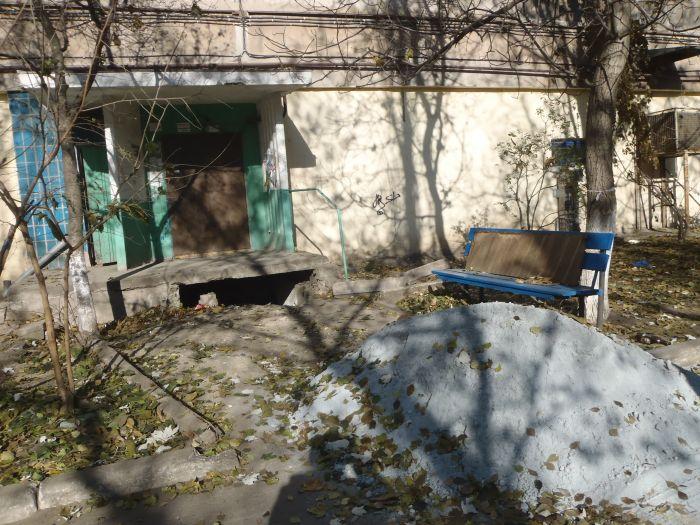 В Мариуполе пожилые жильцы многоэтажки не могут выйти на улицу (ФОТО), фото-3