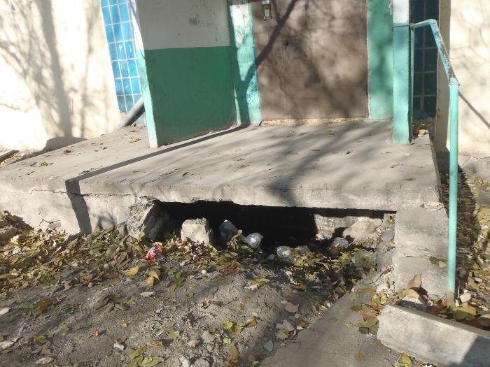 В Мариуполе пожилые жильцы многоэтажки не могут выйти на улицу (ФОТО), фото-2
