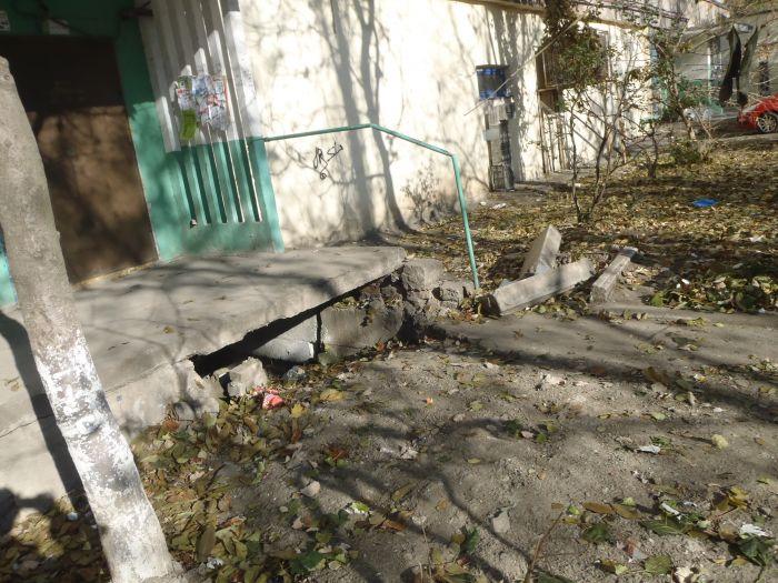 В Мариуполе пожилые жильцы многоэтажки не могут выйти на улицу (ФОТО), фото-1