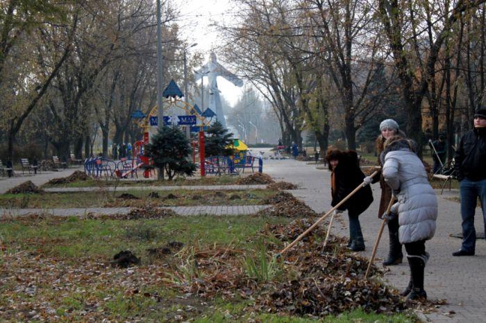 Мариупольцы очистили от листвы парк Победы (ФОТО), фото-2