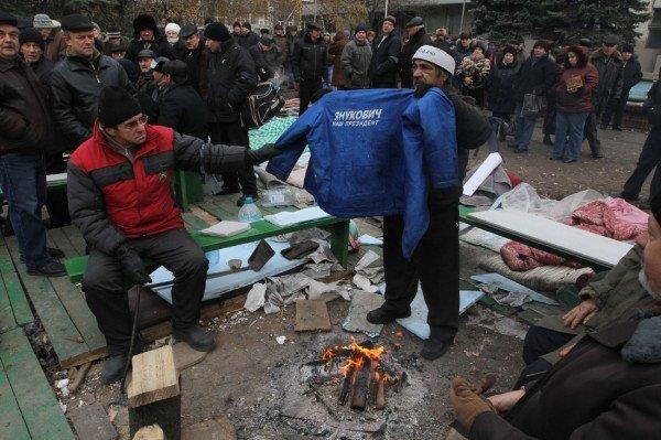 Митингующие чернобыльцы сожгли в костре куртку с надписью «Янукович - наш президент» (ФОТО), фото-1