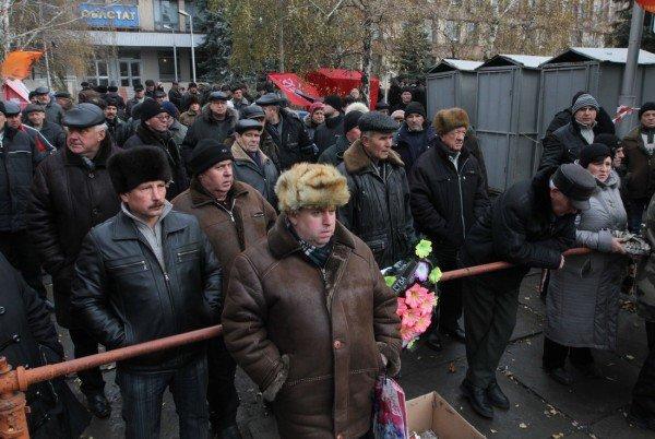 Митингующие чернобыльцы сожгли в костре куртку с надписью «Янукович - наш президент» (ФОТО), фото-3