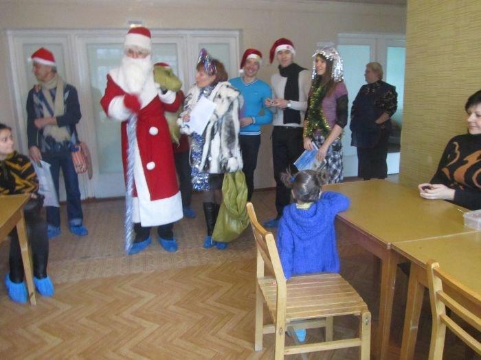 В Мариуполе по больнице гулял Дед Мороз в бахилах (ФОТО), фото-1
