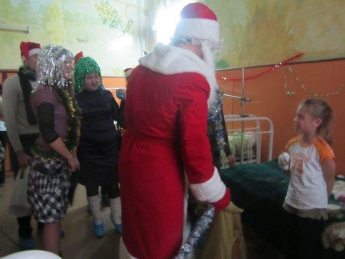 В Мариуполе по больнице гулял Дед Мороз в бахилах (ФОТО), фото-3