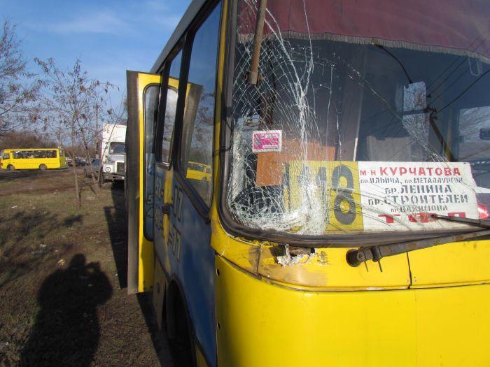 В Мариуполе маршрутка протаранила грузовик с пивом (ФОТО), фото-1