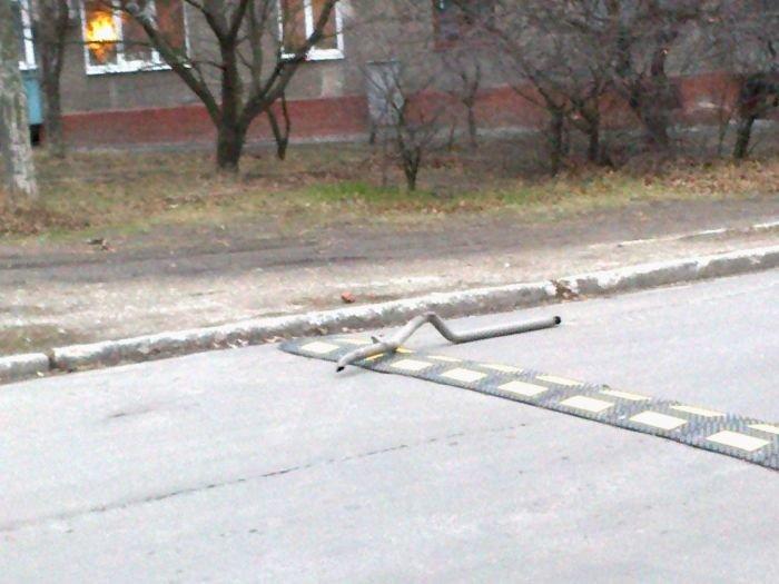 В Мариуполе авто на ходу потеряло выхлопную трубу (ФОТО), фото-1