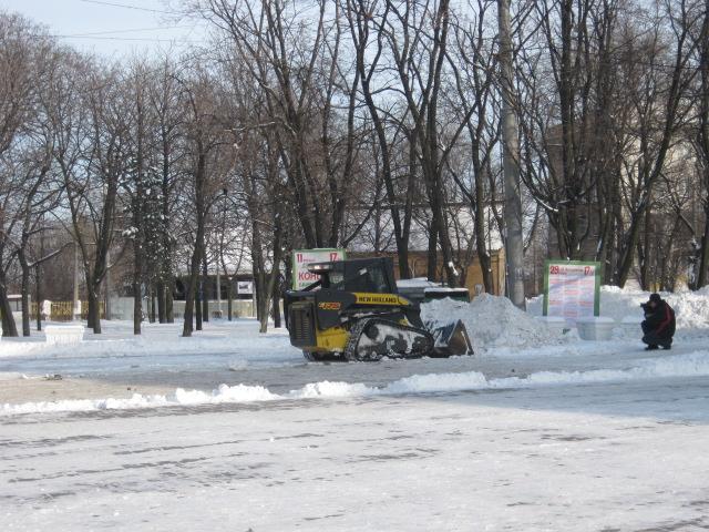 В Мариуполе на борьбу со снегом коммунальщики выходят во всеоружии - с New Holland-ами и тачками (ФОТО), фото-1