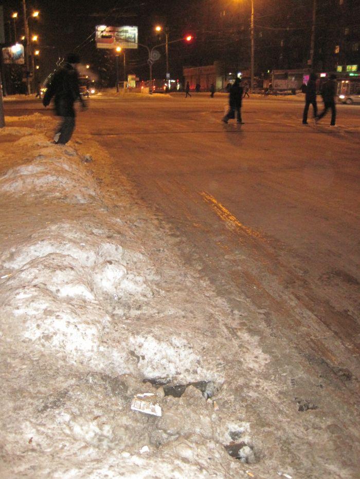 В центре Мариуполя опасно -  скользкие ливневки (ФОТО), фото-3