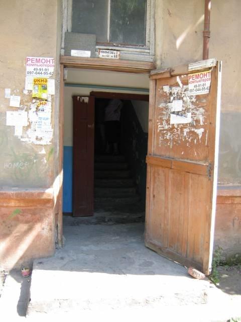 Мариупольские жилищники наконец-то начали ремонт аварийного подъезда, фото-1