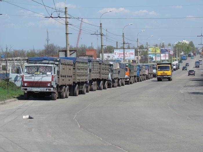 В Мариуполе в очереди на разгрузку собрались грузовики со всей страны (ФОТО), фото-4