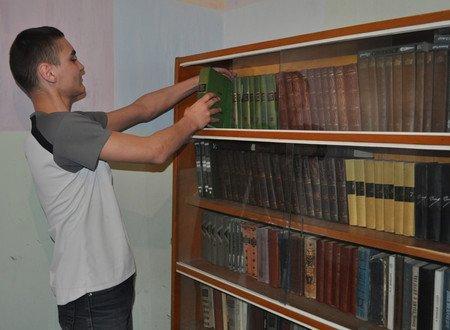 Добродушная мариупольчанка подарила сиротам 1000 книг (ФОТО), фото-1
