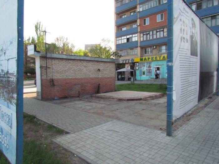 В Мариуполе площадь «Морвокзал» освободили от интимного киоска (ФОТО), фото-1