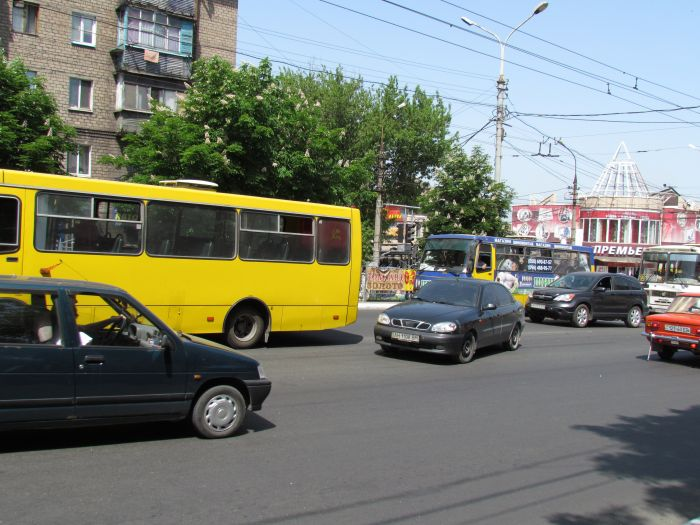 В Мариуполе на проспекте Металлургов затруднено движение - из-за легковушки, маршрутки и троллейбусов (ФОТО), фото-2