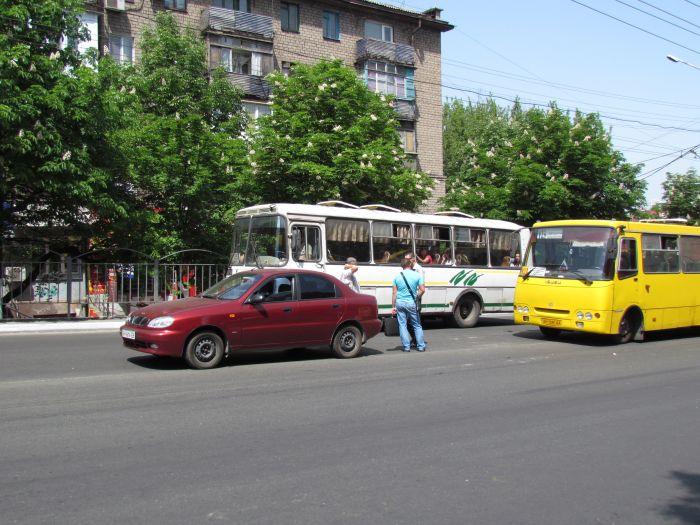В Мариуполе на проспекте Металлургов затруднено движение - из-за легковушки, маршрутки и троллейбусов (ФОТО), фото-4