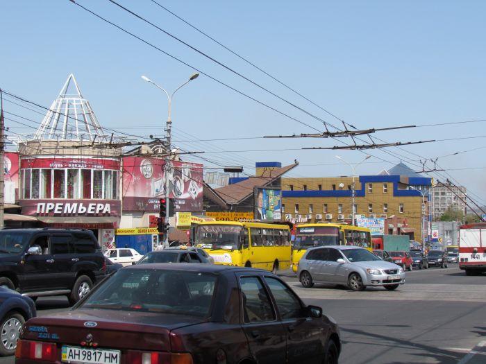 В Мариуполе на проспекте Металлургов затруднено движение - из-за легковушки, маршрутки и троллейбусов (ФОТО), фото-3