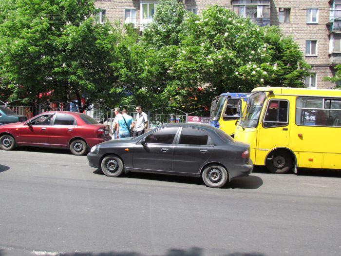 В Мариуполе на проспекте Металлургов затруднено движение - из-за легковушки, маршрутки и троллейбусов (ФОТО), фото-1