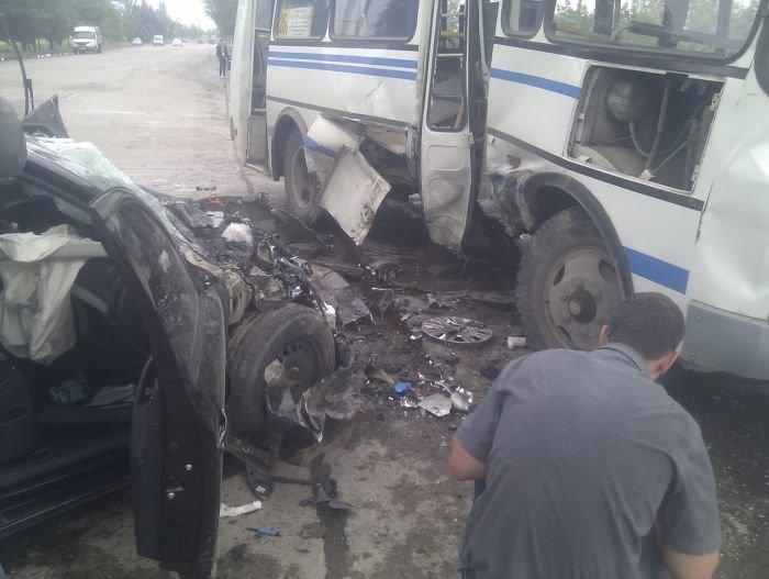 На выезде из Мариуполя столкнулись маршрутка и легковушка (ФОТО), фото-2