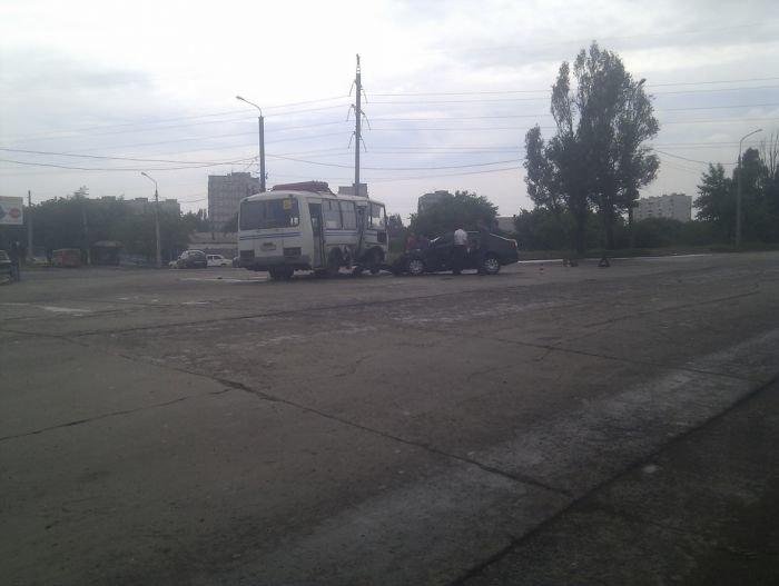На выезде из Мариуполя столкнулись маршрутка и легковушка (ФОТО), фото-1