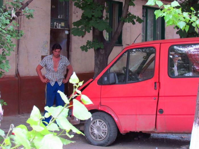Цирк приехал. В Мариуполе пьяные «клоуны» протаранили маршрутку и застряли между деревьями (ФОТО), фото-1