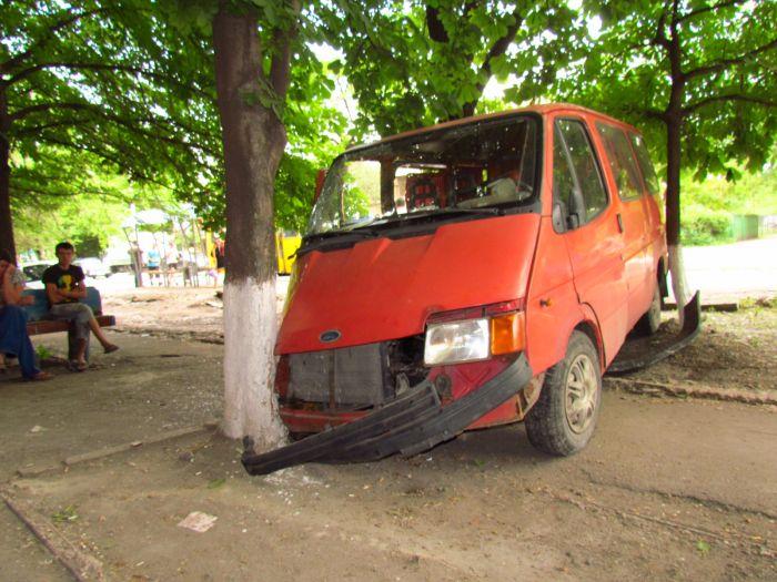 Цирк приехал. В Мариуполе пьяные «клоуны» протаранили маршрутку и застряли между деревьями (ФОТО), фото-5