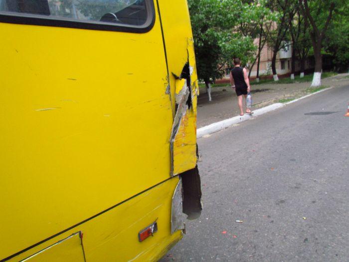 Цирк приехал. В Мариуполе пьяные «клоуны» протаранили маршрутку и застряли между деревьями (ФОТО), фото-7