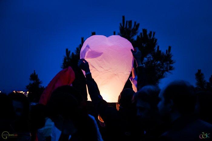 Фотоотчет с массового запуска небесных фонариков в Мариуполе (Фото), фото-1
