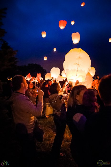Фотоотчет с массового запуска небесных фонариков в Мариуполе (Фото), фото-9