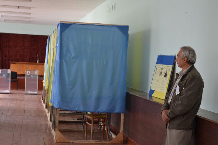 В Новоазовске выбирают городского голову.  Избиратели идут  на участки неохотно (ФОТО), фото-2