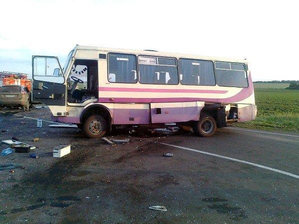 На трассе «Славянск-Донецк-Мариуполь» автобус столкнулся с «Вольво» - 3 человека погибли и 12 пострадали (ФОТО), фото-1